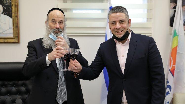 ישי צוויקל, נשיא ברינקס ישראל, והרב אברהם רובינשטיין, ראש עיריית בני ברק (יעקב נחומי)